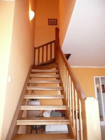 Großzügige Holztreppe zum Studio